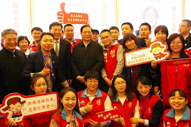 首都无偿献血志愿者热情邀请刘淇会长等领导合影留念