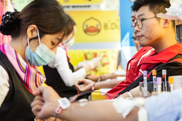 无锡市举办纪念《献血法》实施20周年暨小黄鸭献血车首发仪式