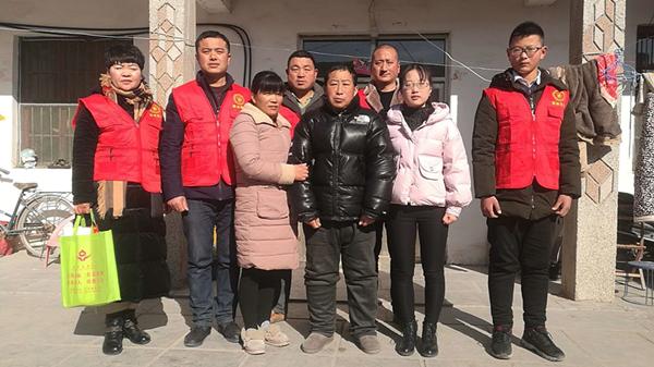 徐州市无偿献血志愿者丰县分队看望家庭困难志愿者侯素玲