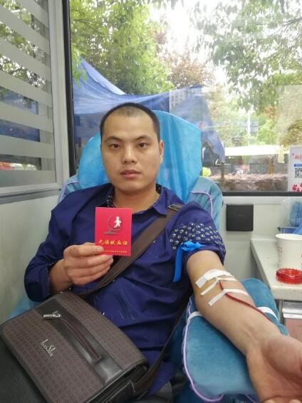 打工小伙回乡携妻子一起献血