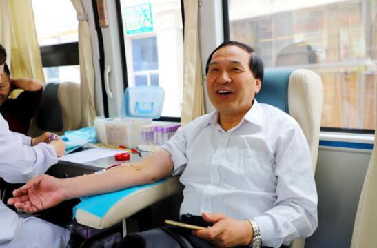渭南市委机关组织干部职工开展无偿献血活动