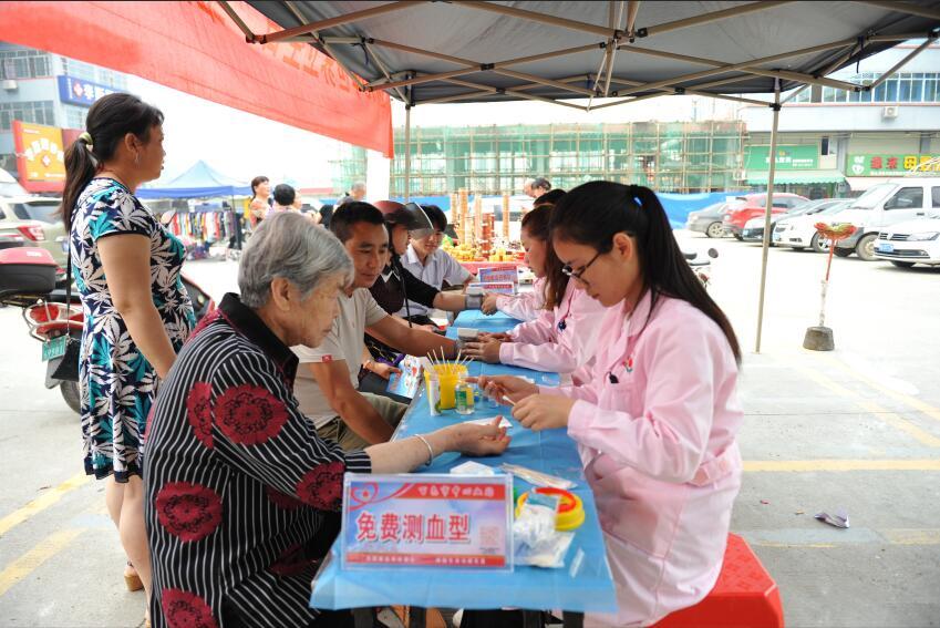 百色市中心血站深入七塘社区开展健康素养宣讲活动