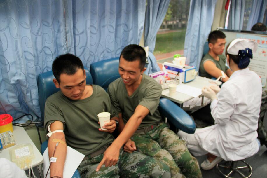 看!热血儿郎子弟兵  如何寄托故乡情 —中部战区确山驻军某旅开展无偿献血爱心活动