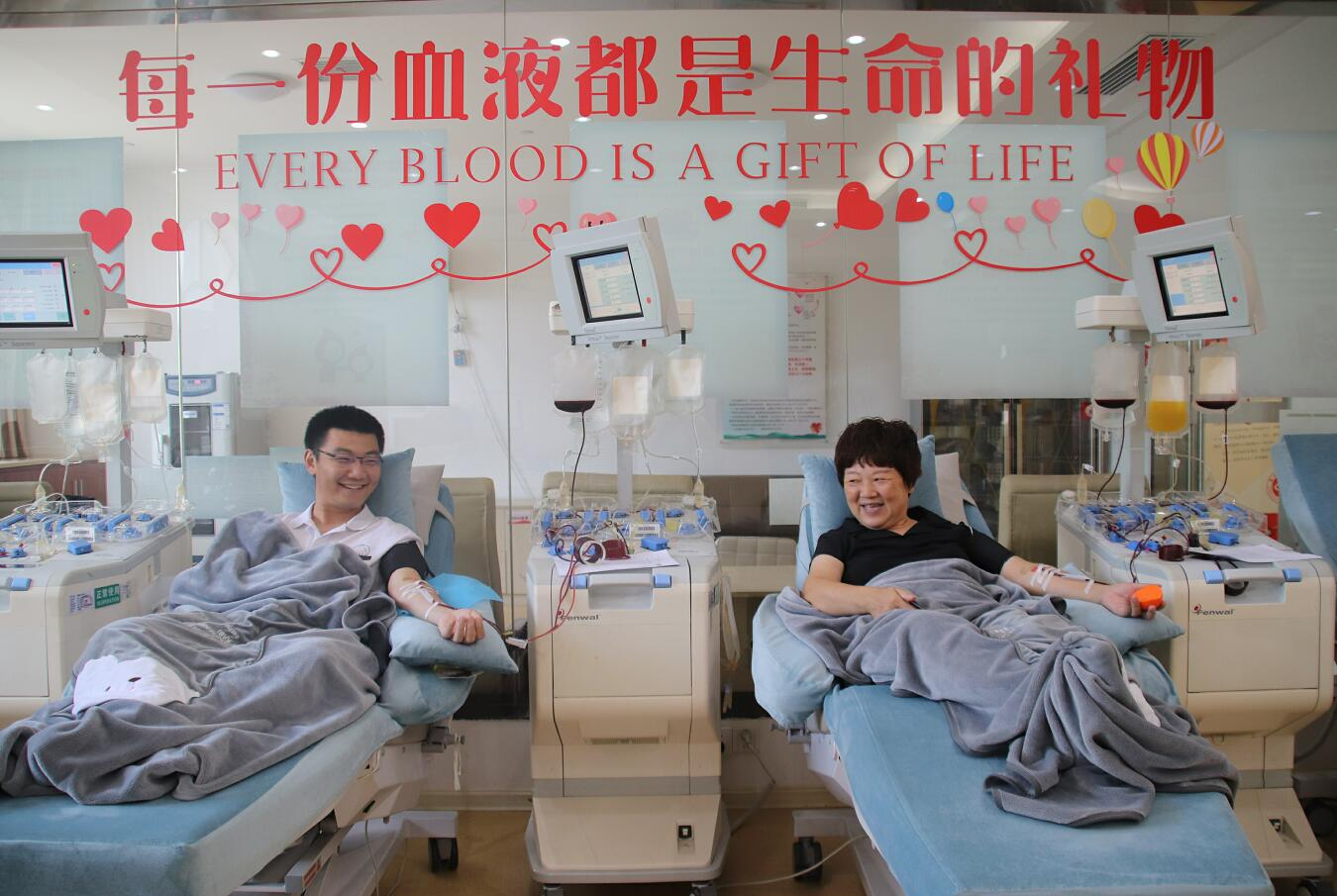 献血133次!59岁赣州阿姨带儿子接力献血